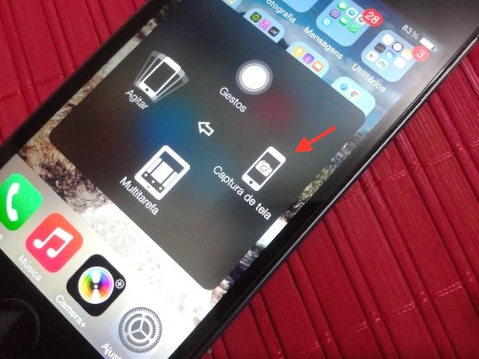Tirando um print da tela do iPhone com a ferramenta AssistiveTouch (Foto: Marvin Costa/TechTudo)