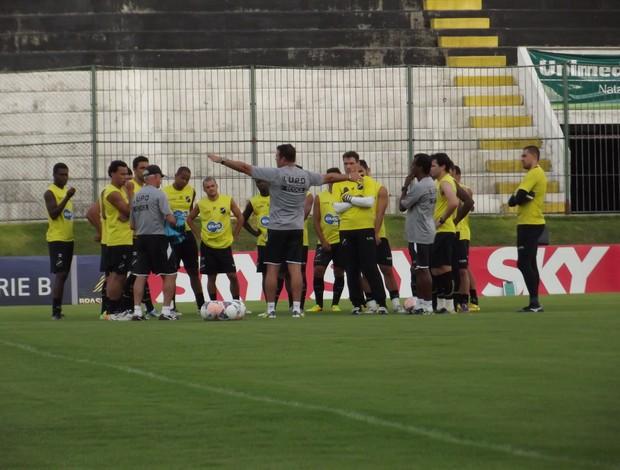 Roberto Fernandes testa formação com Erick Flores no meio-campo do ABC (Foto: Tiago Menezes)
