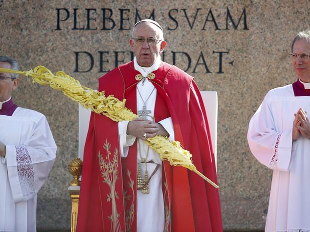 Papa Francisco durante a homilia que pronunciou na Praça de São Pedro do Vaticano neste Domingo de Ramos (Foto: REUTERS/Tony Gentile)