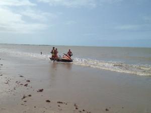 Bombeiros procuram criança que desapareceu enquanto nadava na Praia do Seixas (Foto: Walter Paparazzo/G1)