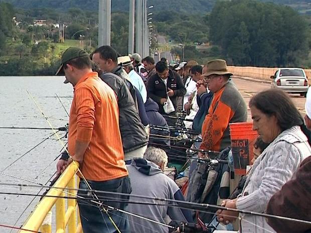 Prefeitura quer acabar com pesca em ponte sobre represa em Rifaina (Foto: Márcio Meireles/EPTV)