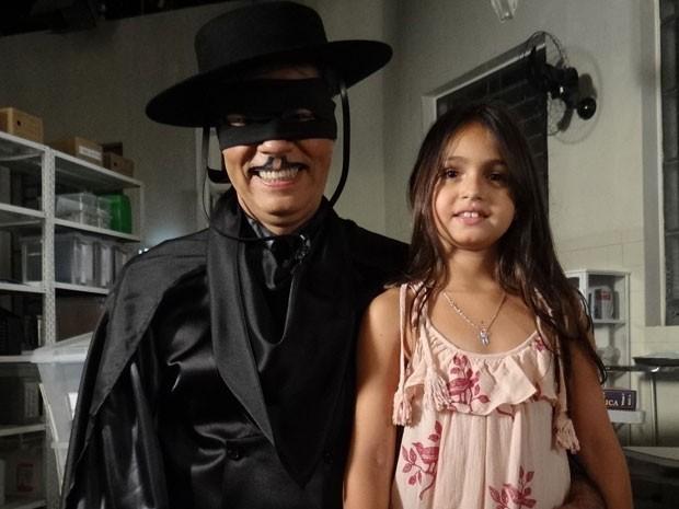 Vestido de Zorro, Nizo Neto levou Isabela ao estúdio de Salve Jorge (Foto: Salve Jorge/TV Globo)
