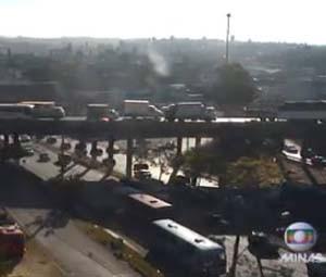 Veículo estragado na Cardeal Eugênio Pacelli, em Contagem, complicou o trânsito na Avenida Amazonas, na altura do Anel Rodoviário, na tarde desta terça-feira (23) (Foto: Reprodução/TV Globo)