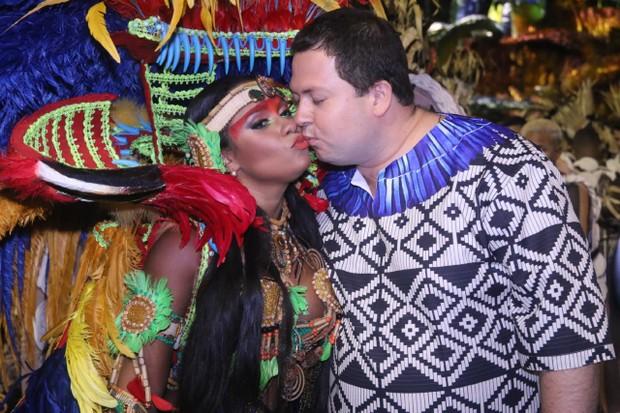 Raissa Oliveira beija o marido (Foto:  Daniel Pinheiro /AgNews )