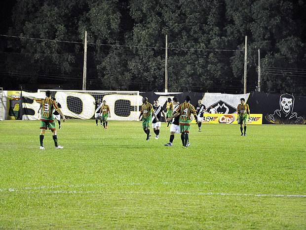 Time maranhense sai na frente, mas alvinegro consegue um gol nos últimos minutos  (Foto: Leonardo Heitor/GLOBOESPORTE.COM)