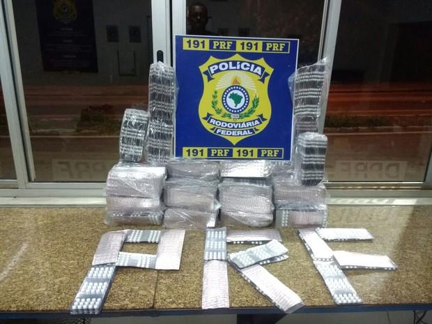 Comprimidos sem registro da Anvisa foram encontrados em porta-malas de carro abandonado (Foto: PRF/ Divulgação)