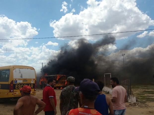 19/01: Ônibus escolar incendiado em São Paulo do Potengi, RN (Foto: Divulgação/PM)