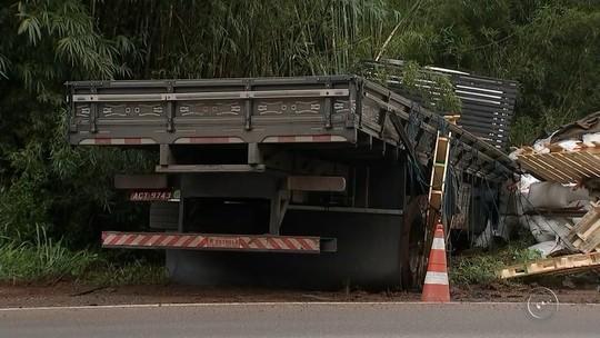 Carro cai em ribanceira após bater em caminhão na Rodovia Raposo Tavares