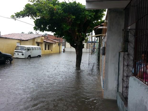 Rua Doutor José Frota, no Bairro Varjota, em Fortaleza. (Foto: Hudson da Silva Martins)