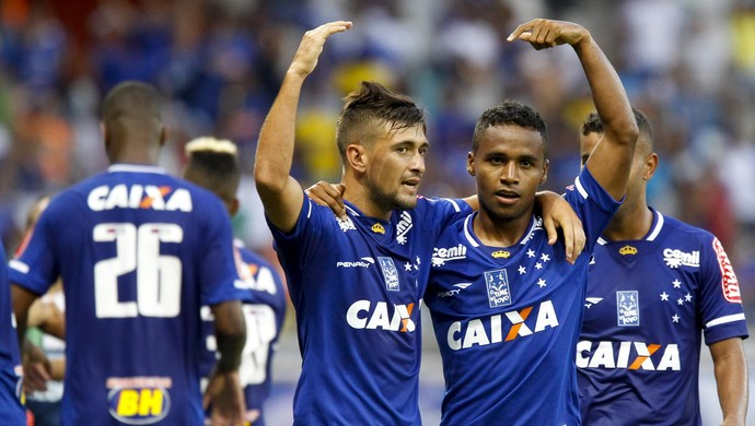 Arrascaeta e Élber comemoram gol do Cruzeiro contra o Tupi-MG (Foto: Washington Alves/Light Press)