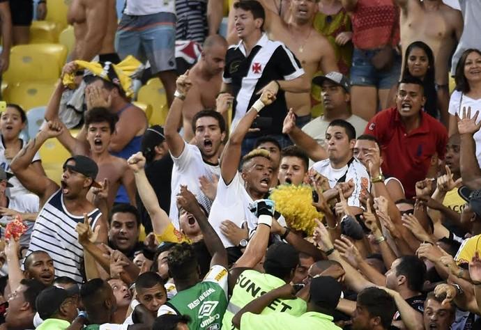 Rafael Silva comemora com a torcida Flamengo x Vasco (Foto: André Durão / GloboEsporte.com)
