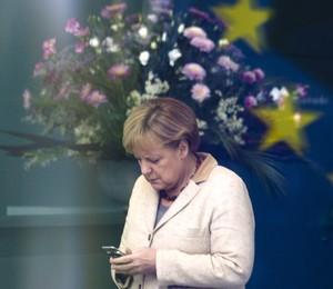 O celular da chanceler alemã, Angela Merkel, teria sido monitorado pelo governo americano (Foto: AP Photo/Markus Schreiber)