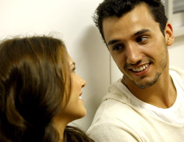 Simpático, Pedro Cassiano conversa com Louise D'Tuani nos bastidores (Foto: Malhação / TV Globo)