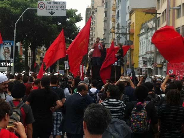 Manifestantes da Marcha Antifascista passam pela Avenida Cásper Líbero (Foto: G1)