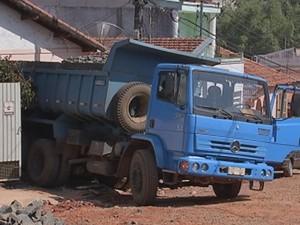 Veículo quebrou muro e portão da residência (Foto: Reprodução/ TV TEM)