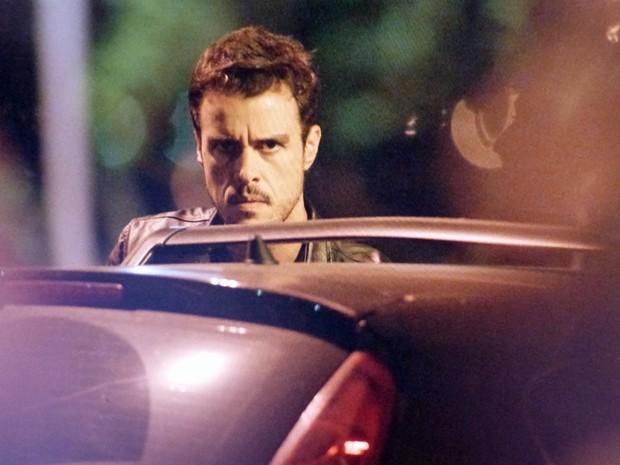 Enrico observa o beijo de Vicente e Clara (Foto: TV Globo)