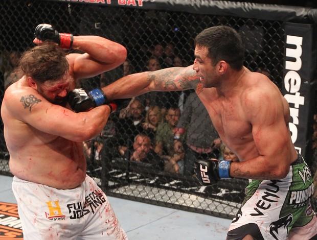 O brasileiro Fabrício Werdum ataca Roy Nelson em combate pelo UFC 143 (Foto: Getty Images)