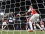 Goleiro Ospina faz gol contra, e Arsenal cai para o Olympiacos