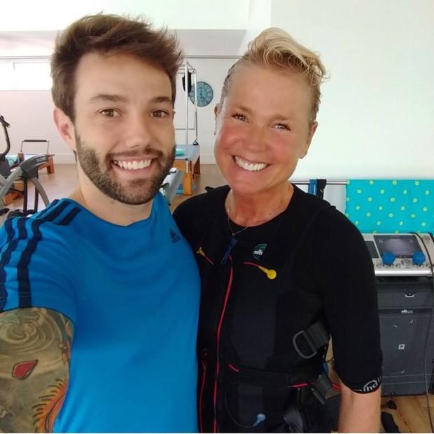 O personal trainer Tobias Campbell e Xuxa  (Foto: Divulgação)