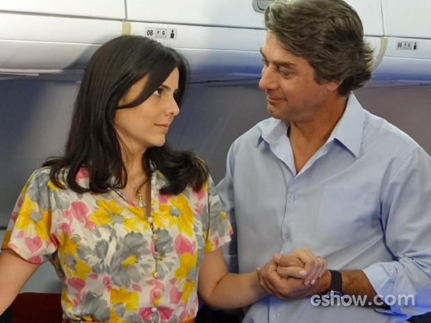 Chica se encanta com Ricardo após o bonitão acalmá-la em turbulência (Foto: Em Família/ TV Globo)