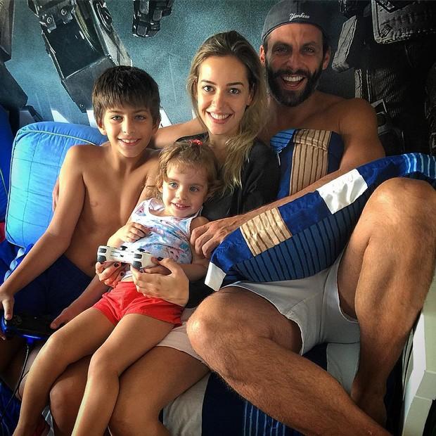 Henri Castelli com os filhos e a namorada (Foto: Reprodução/Instagram)