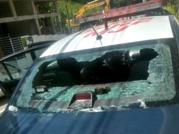 Viatura foi apedrejada por alguns moradores (Foto: Divulgação/Polícia Rodoviária Federal)