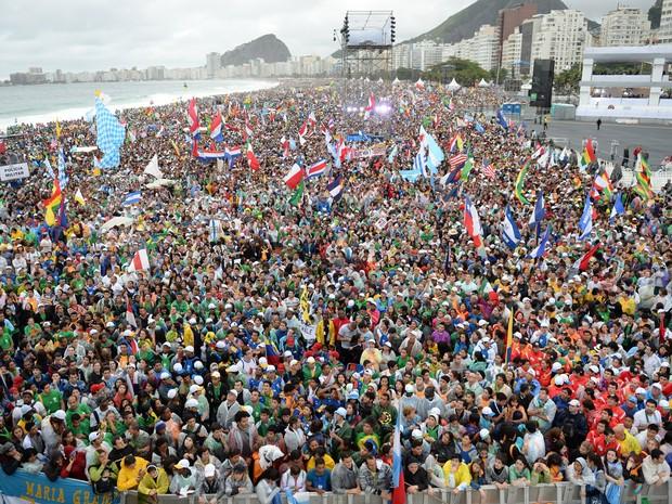 Multidão lota as areias de Copacabana no primeiro dia da JMJ (Foto: Tasso Marcelo/AFP)