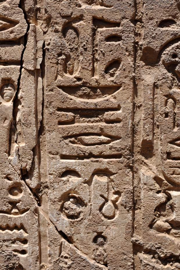 Detalhes na parede do templo recém-descoberto no Egito (Foto: AFP Photo / HO / Egyptian Ministry of Antiquities)