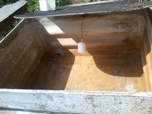 Caixa d'água está vazia há pelo menos dias na casa de morador do Barra Velha em Ilhabela. (Foto: João Cruz de Oliveira/Arquivo Pessoal)