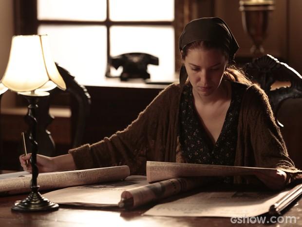 Sílvia vai para biblioteca tentar descobrir mais coisas sobre seu passado (Foto: Felipe Monteiro/TV Globo)