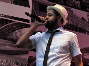 Rapper Emicida canta para público no Anhangabaú (Foto: Paulo Toledo Piza/G1)