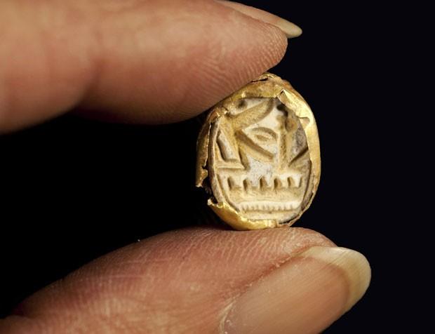 Selo dourado em forma de besouro - ligado ao culto de Seth, o deus egípcio da guerra - foi encontrado no vale de Yizre'el, a poucos quilômetros ao sul da cidade de Nazaré (Foto: Israel's Antiquities Authority/AP)