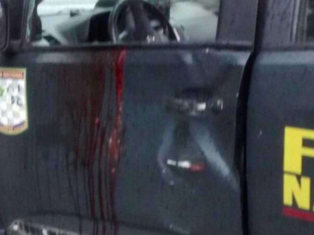 Motorista do carro foi atingido na cabeça e socorrido em estado grave