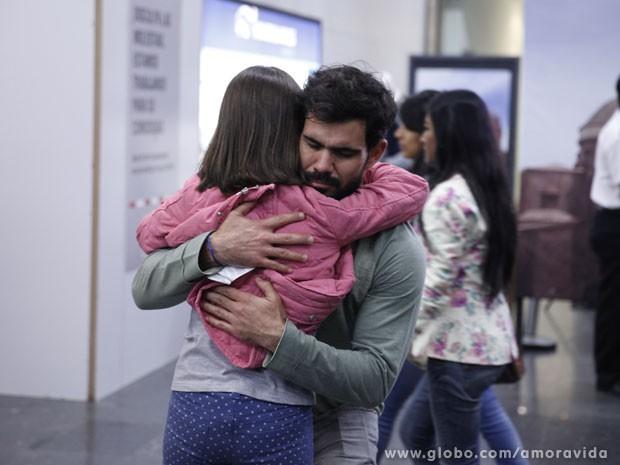 Ninho se emociona ao abraçar Paulinha (Foto: Amor à Vida/ TV Globo)