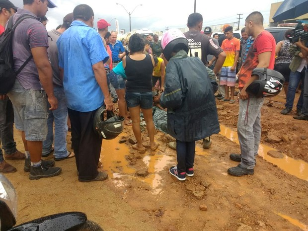 Uma das jovens atropeladas faleceu no local (Foto: Jheniffer Núbia/GE)