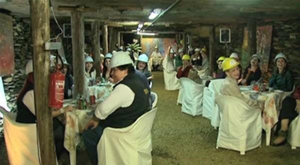 Já imaginou jantar, usando um capacete, dentro de uma mina de carvão desativada? (Foto: Reprodução/ RBS TV)