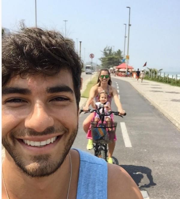 Deborah Secco e Hugo Moura levam filha para passear de bicicleta (Foto: Reprodução/Instagram)