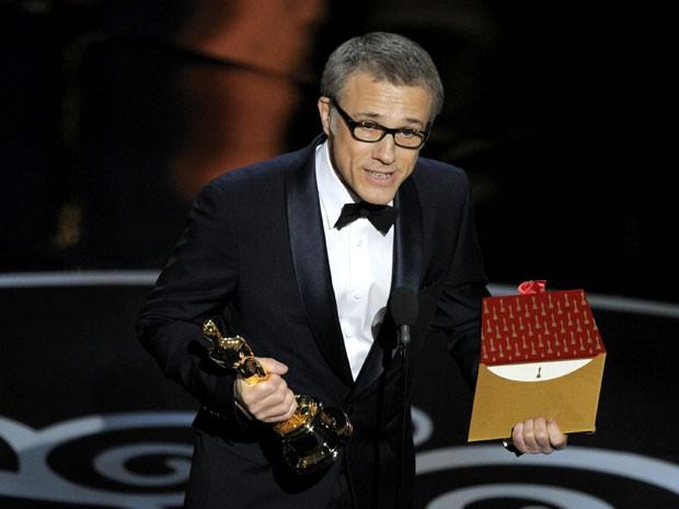 O ator Christoph Waltz agradece o Oscar de melhor ator coadjuvante vencido no Oscar 2013 por 'Django livro' (Foto: Chris Pizzello/Invision/AP)
