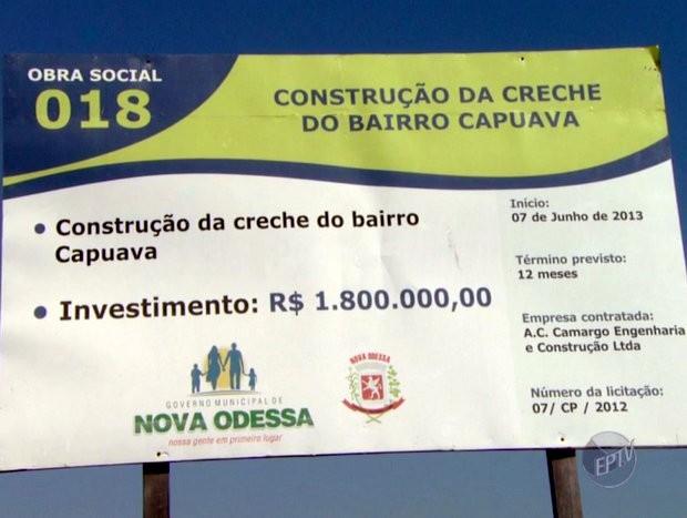 Placa colocada em obra mostra que creche deveria ficar pronta em 2014 - Nova Odessa (Foto: Reprodução/EPTV)
