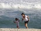 Ivete Sangalo brinca com o filho na praia da Barra da Tijuca, no Rio