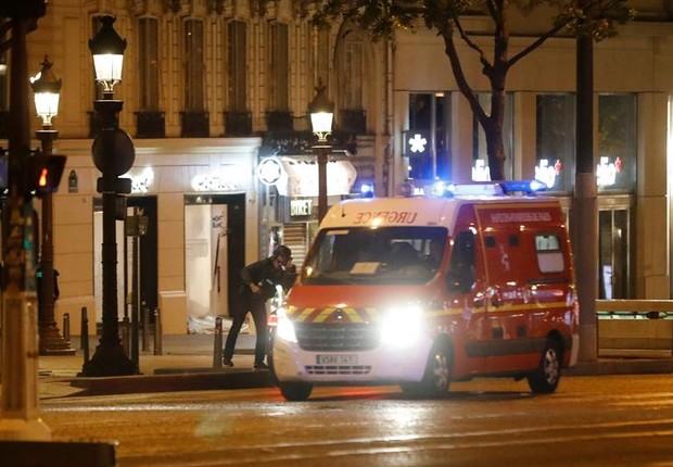 Policiais fecham a área na avenida Champs Élysées, onde um tiroteio deixou dois mortos em Paris (Foto: Ian Langsdon/EFE)