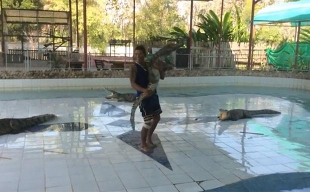 Funcionário foi filmado 'dançando' com crocodilo (Foto: Reprodução/YouTube/ GalacticGallant)