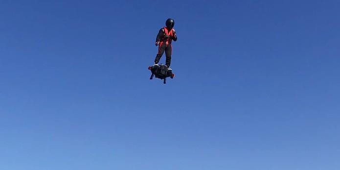Franky Zapata faz voo de teste em hoverboard em 30 metros de altura (Divulgação/Franky Zapata)