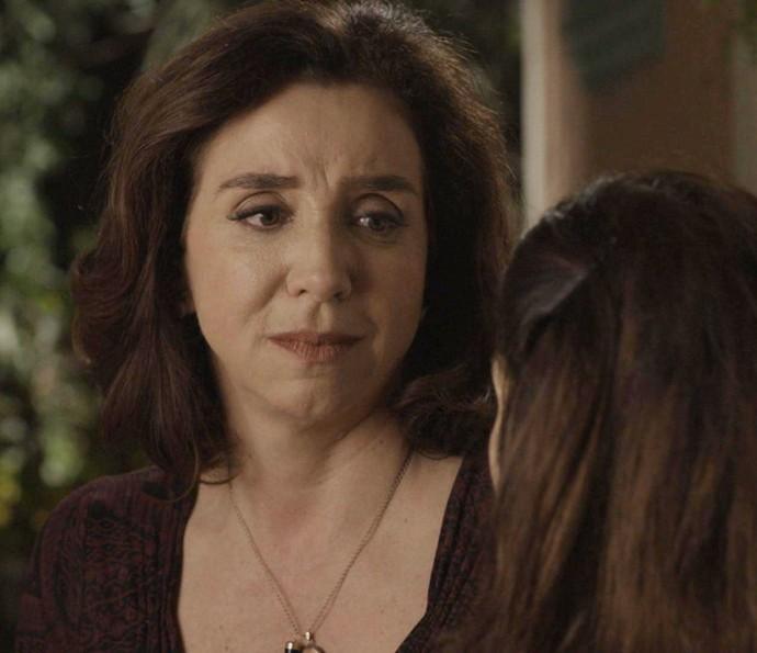 Feirante fica sensibilizada com o desabafo da filha (Foto: TV Globo)