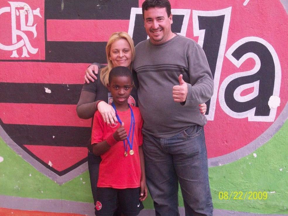 Vinicius Junior com Valéria e Cacau na escolinha do Flamengo em São Gonçalo (Foto: Arquivo pessoal)