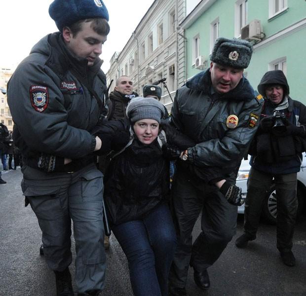 Manifestante pelo direto dos gays é presa durante protesto em frente ao parlamento russo nesta sexta-feira (25)  (Foto: Andrey Smirnov/AFP)