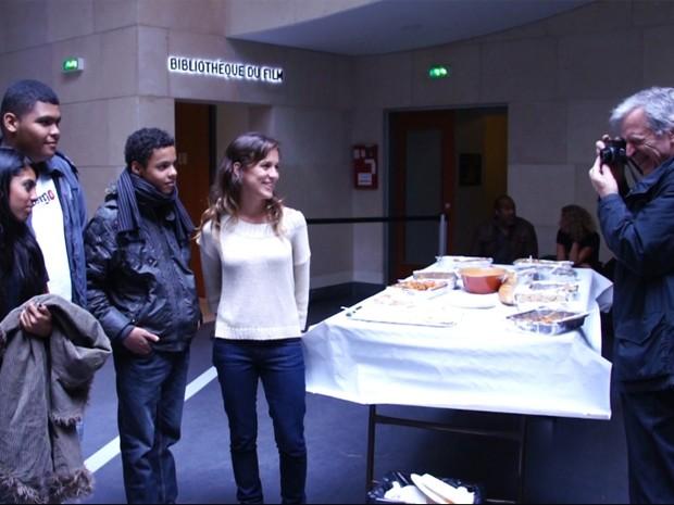 Cineasta grego Costa-Gravas fotografa a coordenadora Ana Dillon e os alunos brasileiros escolhidos para representar o país em Paris (Foto: Divulgação)