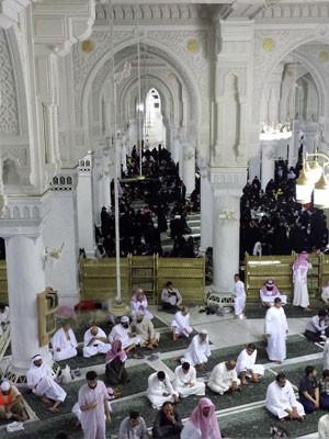 Na Grande Mesquita, em Mecca, uma barreira separa mulheres e homens (Foto: AP Photo/Aya Batrawy)