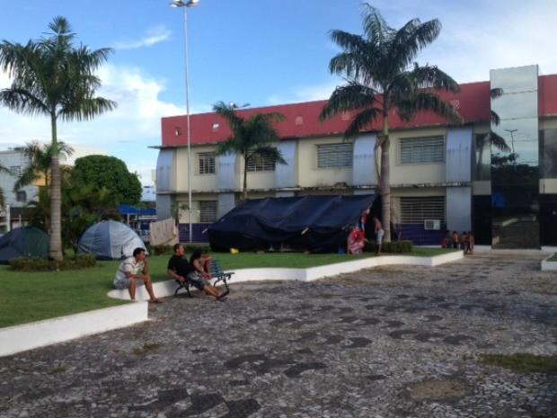 Famílias acampadas dizem não ter outro lugar para se abrigarem (Foto: Taísa Arruda/G1)
