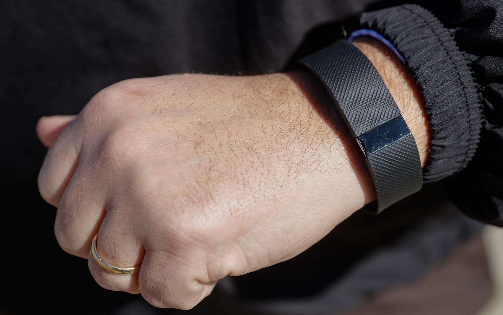 Homem usa seu Fitbit, pulseira que monitora atividades físicas  (Foto: AP Photo/AJ Mast/File)